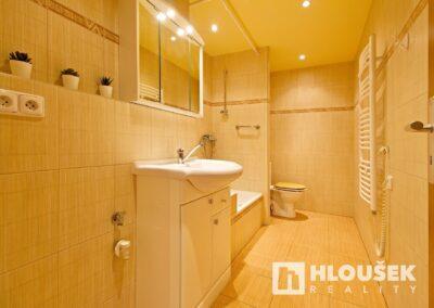 Prodej bytu 1+1/L na Lhotce v Praze 4 - koupelna