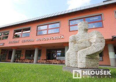 Prodej bytu 1+1/L na Lhotce v Praze 4 - Kulturní centrum Novodvorská