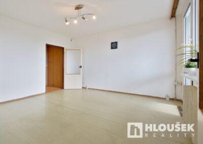 Prodej bytu 1+1/L na Lhotce v Praze 4 - obývací pokoj