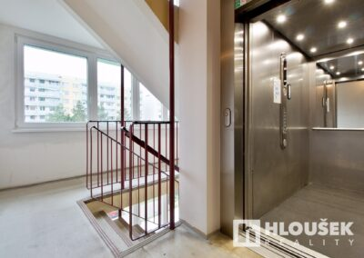 byt 2+kk, Praha 4 - Chodov, ul. Augustinova - schodiště, výtah